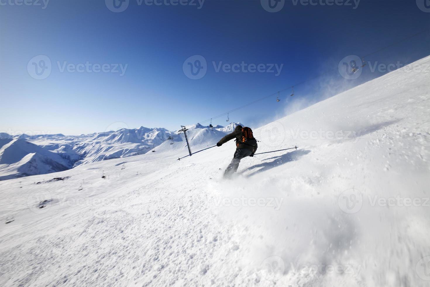 Skifahrer auf Skipiste foto