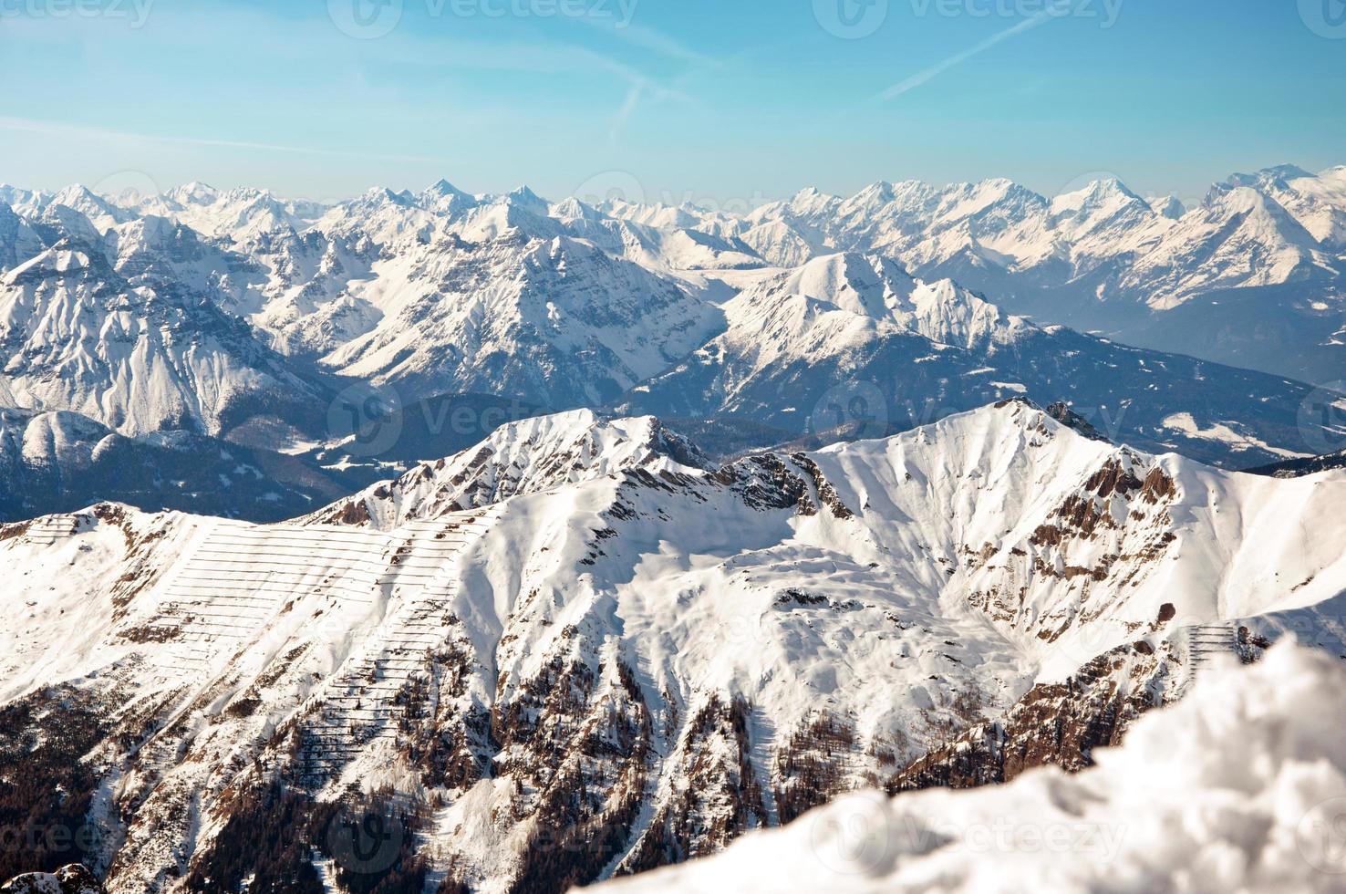 sonniger tag in den europäischen alpen auf einer wintertapete foto