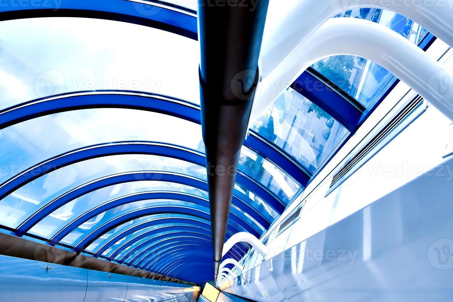 moderner futuristischer Korridor im Flughafen foto