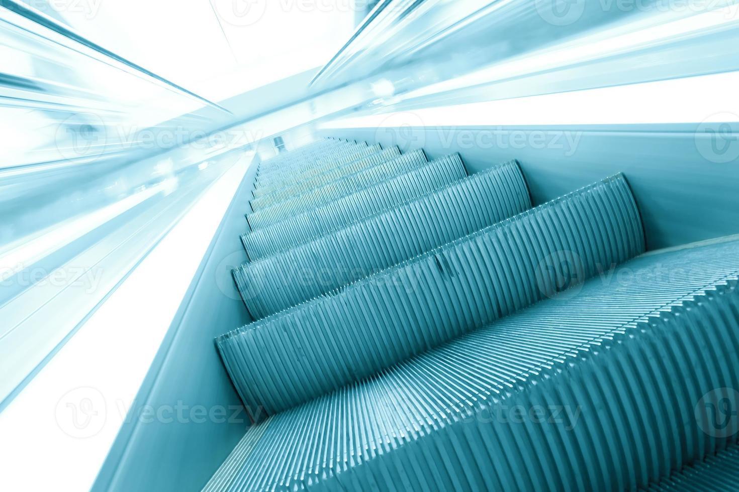 blaue moderne Rolltreppe im Geschäftszentrum foto