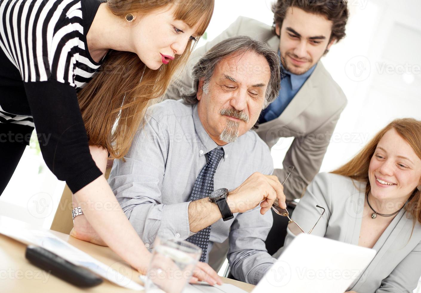 Geschäftsleute, die als Team im Büro arbeiten foto