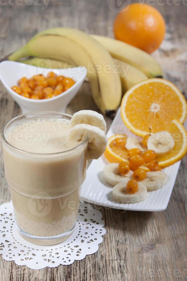 Smoothie aus Banane, Orangensaft, gefrorenem Sanddorn mit Joghurt foto