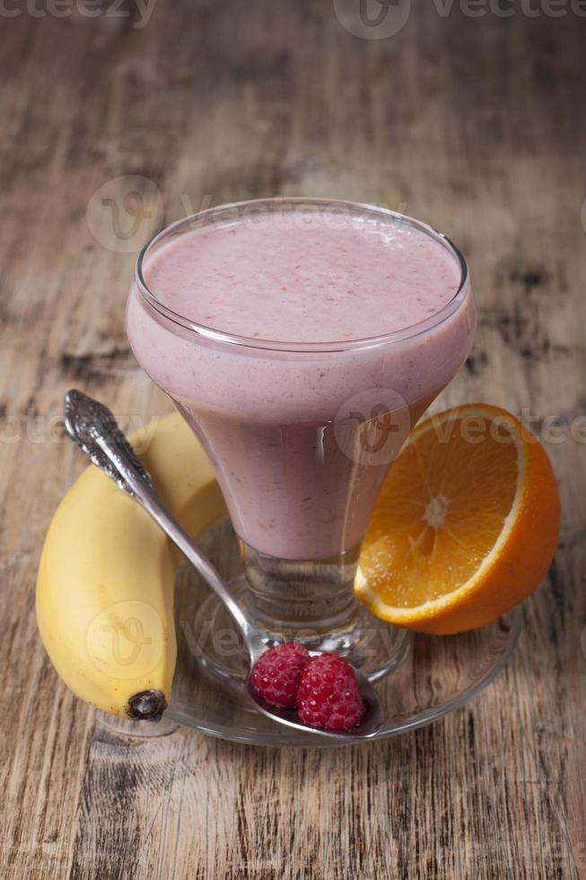 Smoothie aus Banane, Orangensaft, gefrorener Himbeere mit Joghurt foto