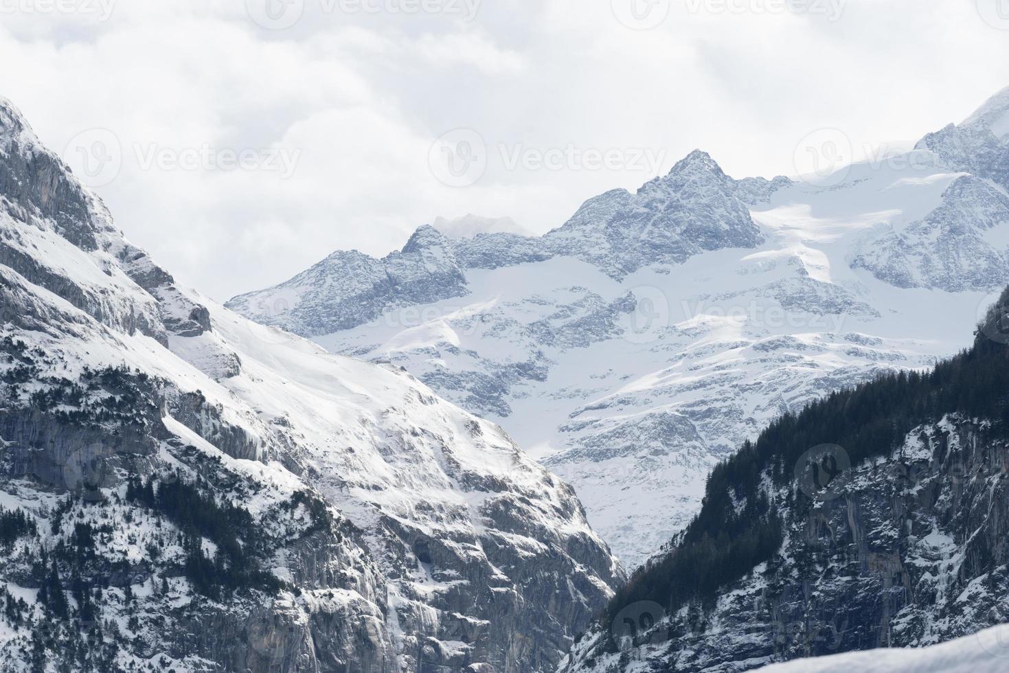 schneebedeckter Berg in den Schweizer Alpen foto