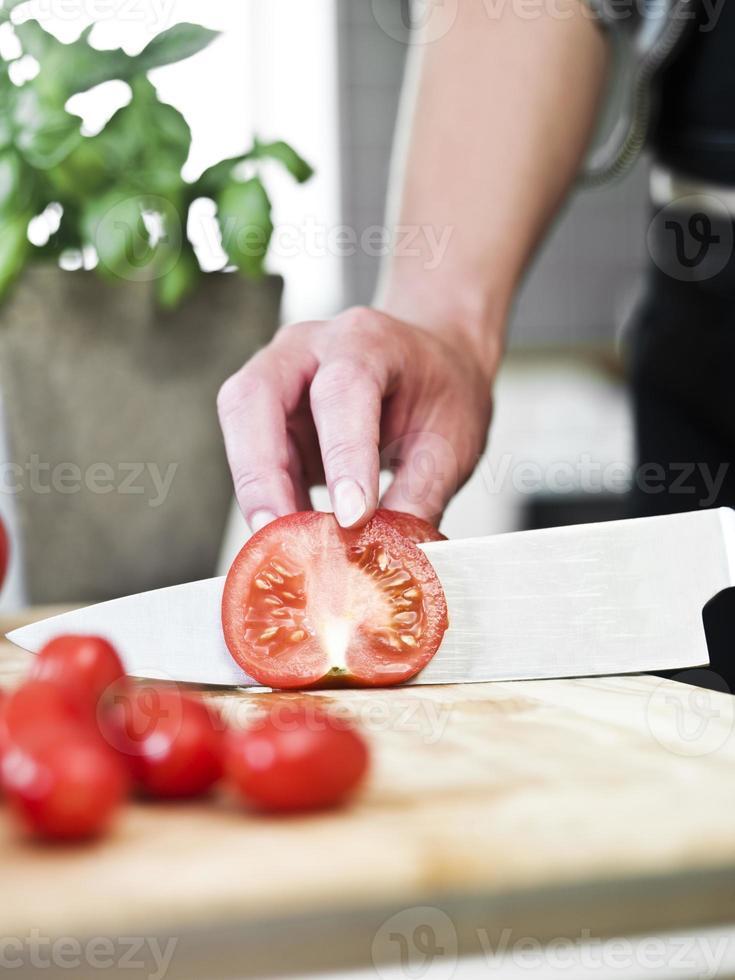 Tomaten schneiden foto