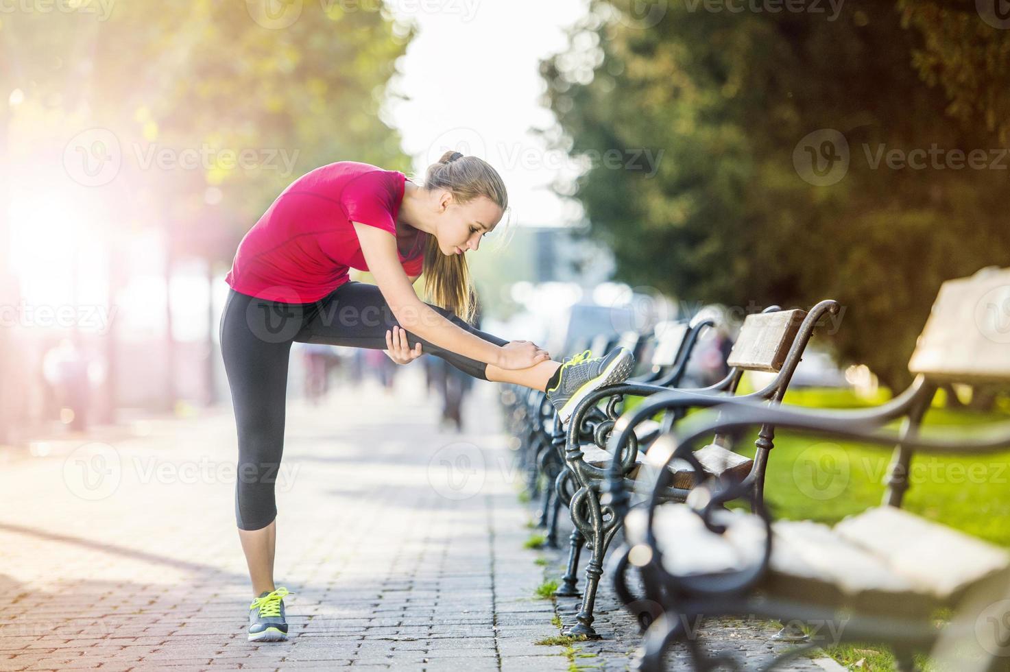 Frau läuft in der Stadt foto