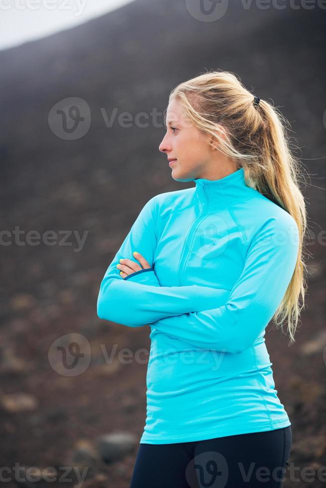 junge attraktive sportliche Frau, die sportliche Kleidung auf Spur trägt foto