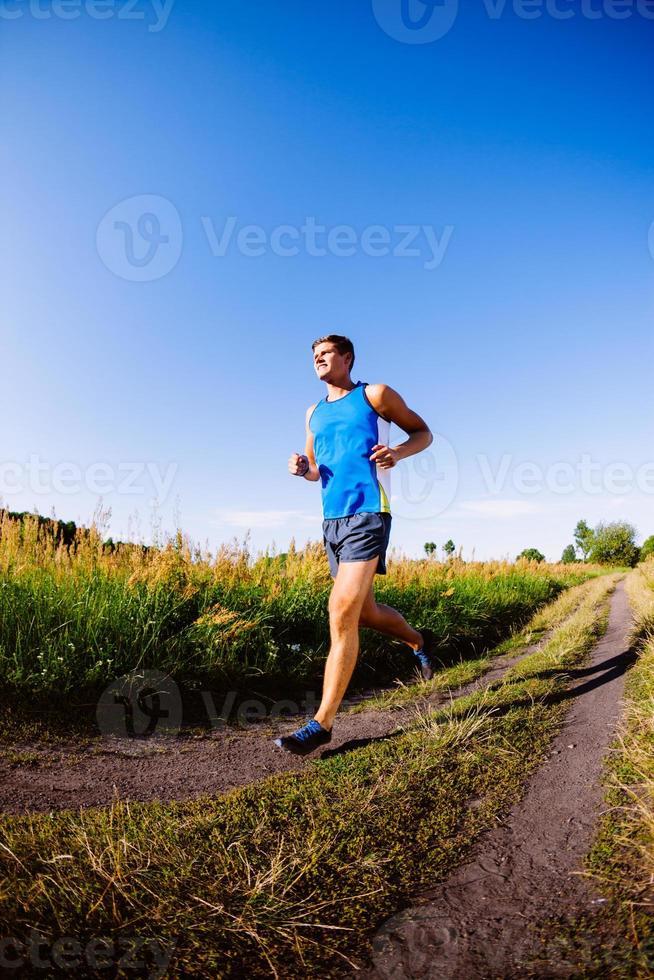 junger Mann läuft im Freien foto