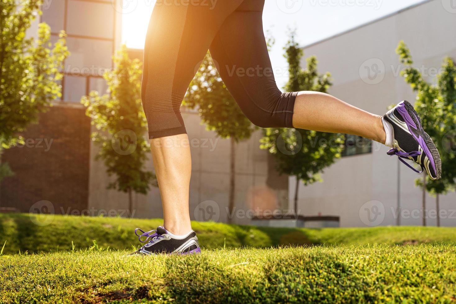 Läuferathletenfüße, die auf Straße laufen foto