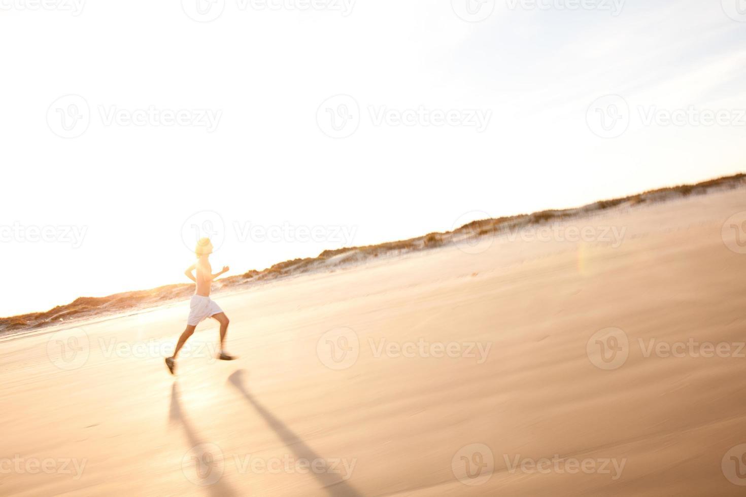 männlicher Läufer für einen Trainingslauf bei Sonnenuntergang foto