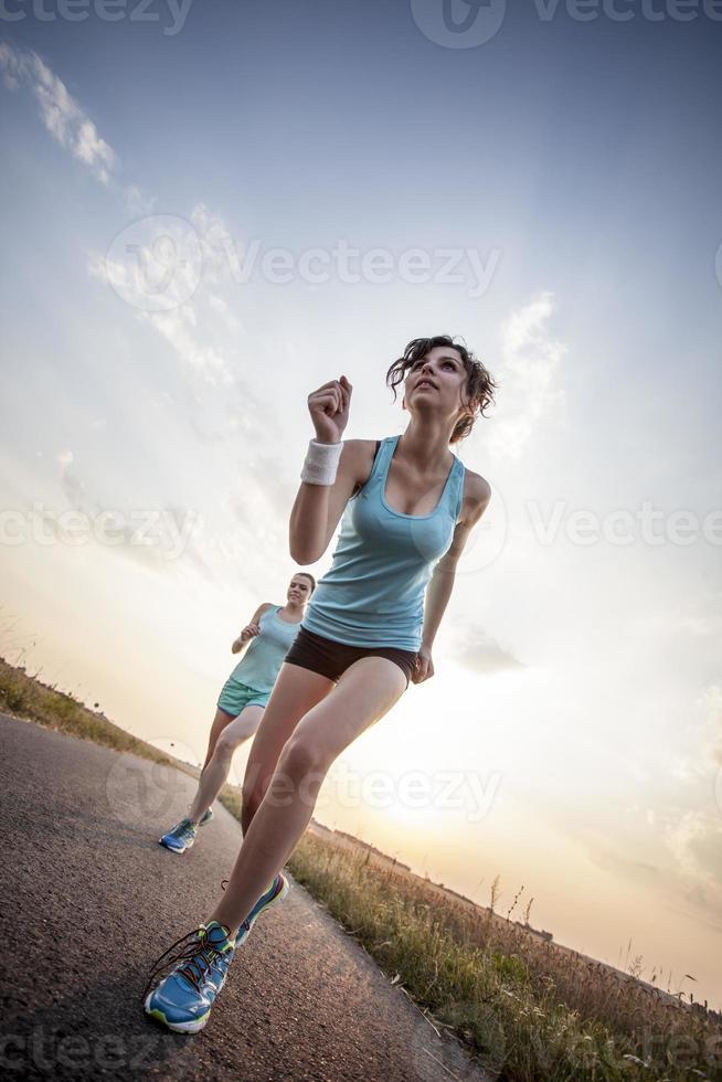 zwei hübsche Mädchen, die morgens joggen foto