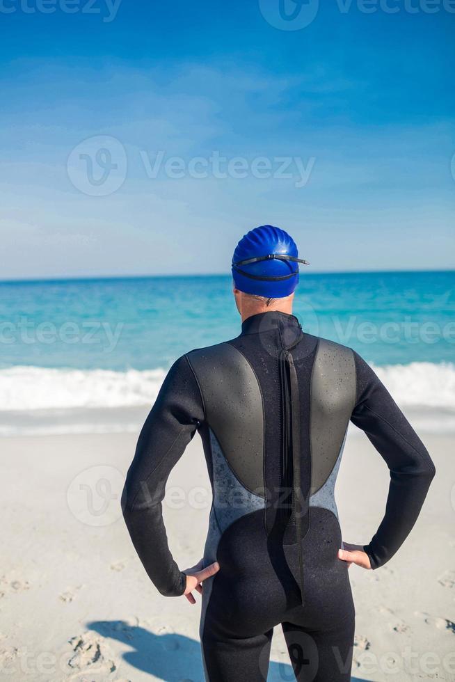 Schwimmer macht sich am Strand fertig foto