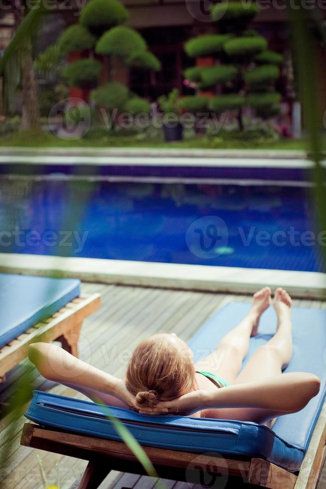 Frau in der Nähe eines Schwimmbades foto