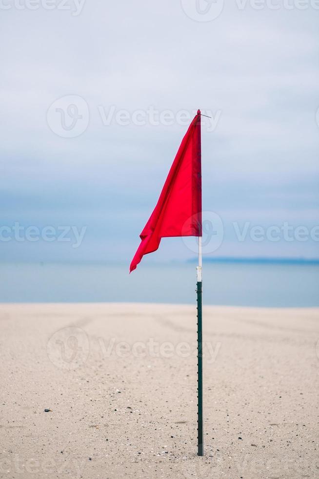rote Strandfahne - kein Schwimmen foto