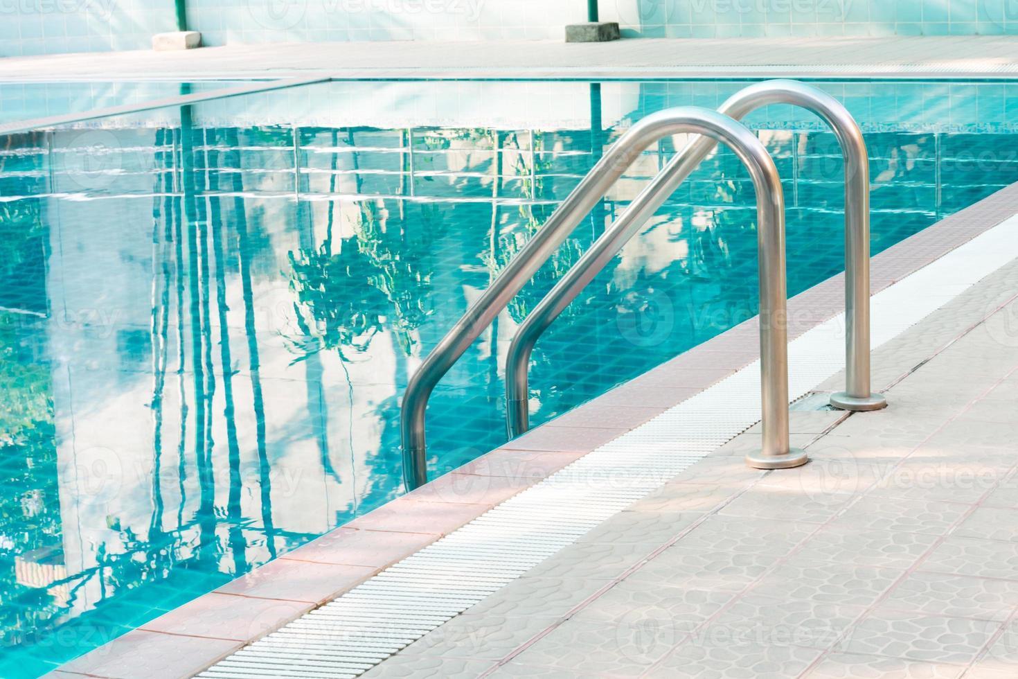 Schwimmbad mit Treppe foto