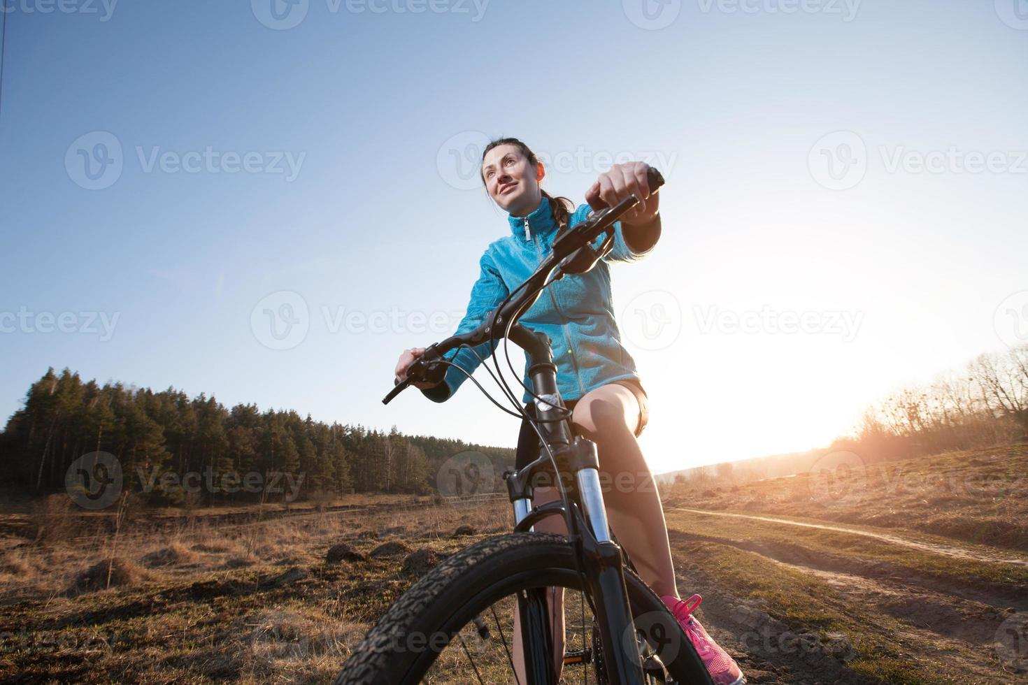 Nahaufnahme der Frau, die Mountainbike reitet foto