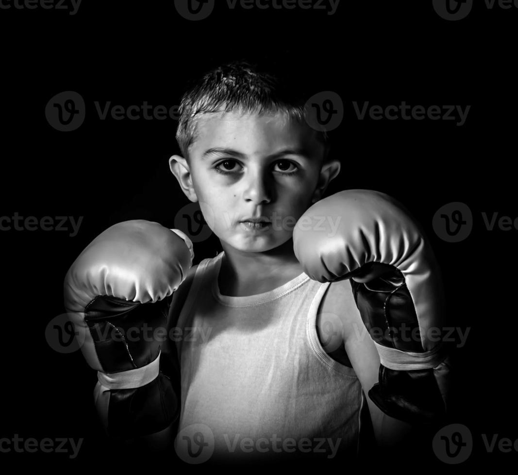 kleiner Junge Boxer, auf einem schwarzen Hintergrund foto