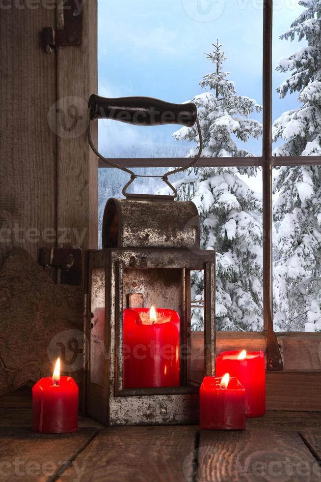 alte hölzerne Fensterbank mit vier roten Weihnachtskerzen verziert foto