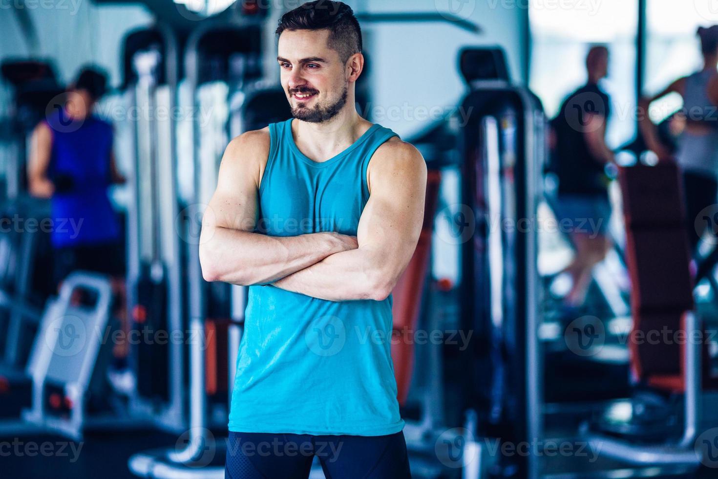 Sportlehrer im Fitnessstudio foto