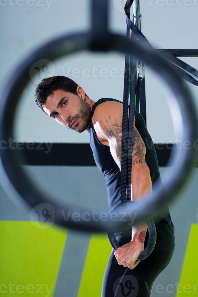 Turnhalle Dip Ring Mann Training im Fitnessstudio foto