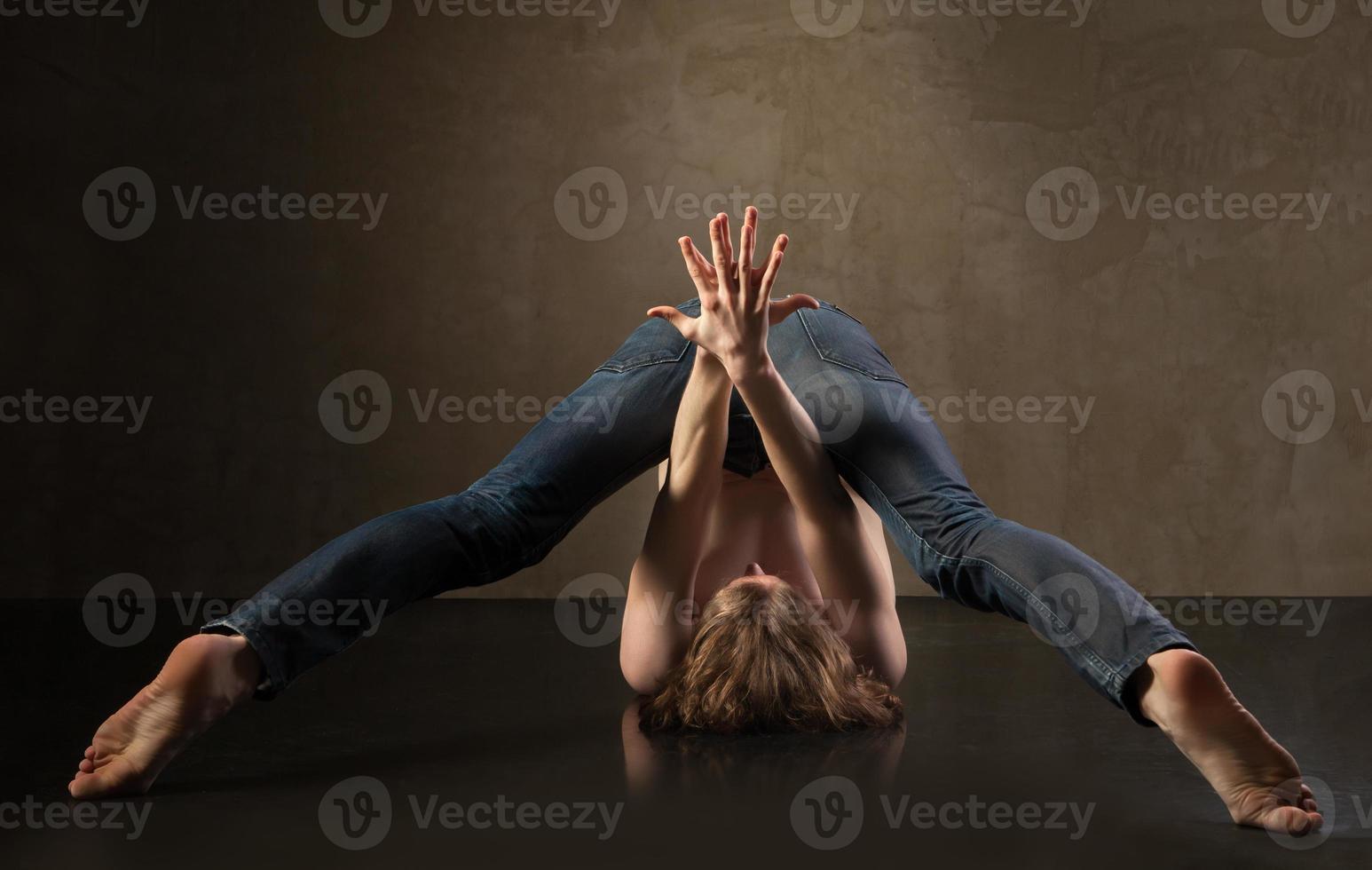 junger und stilvoller moderner Tänzer auf grauem Hintergrund foto