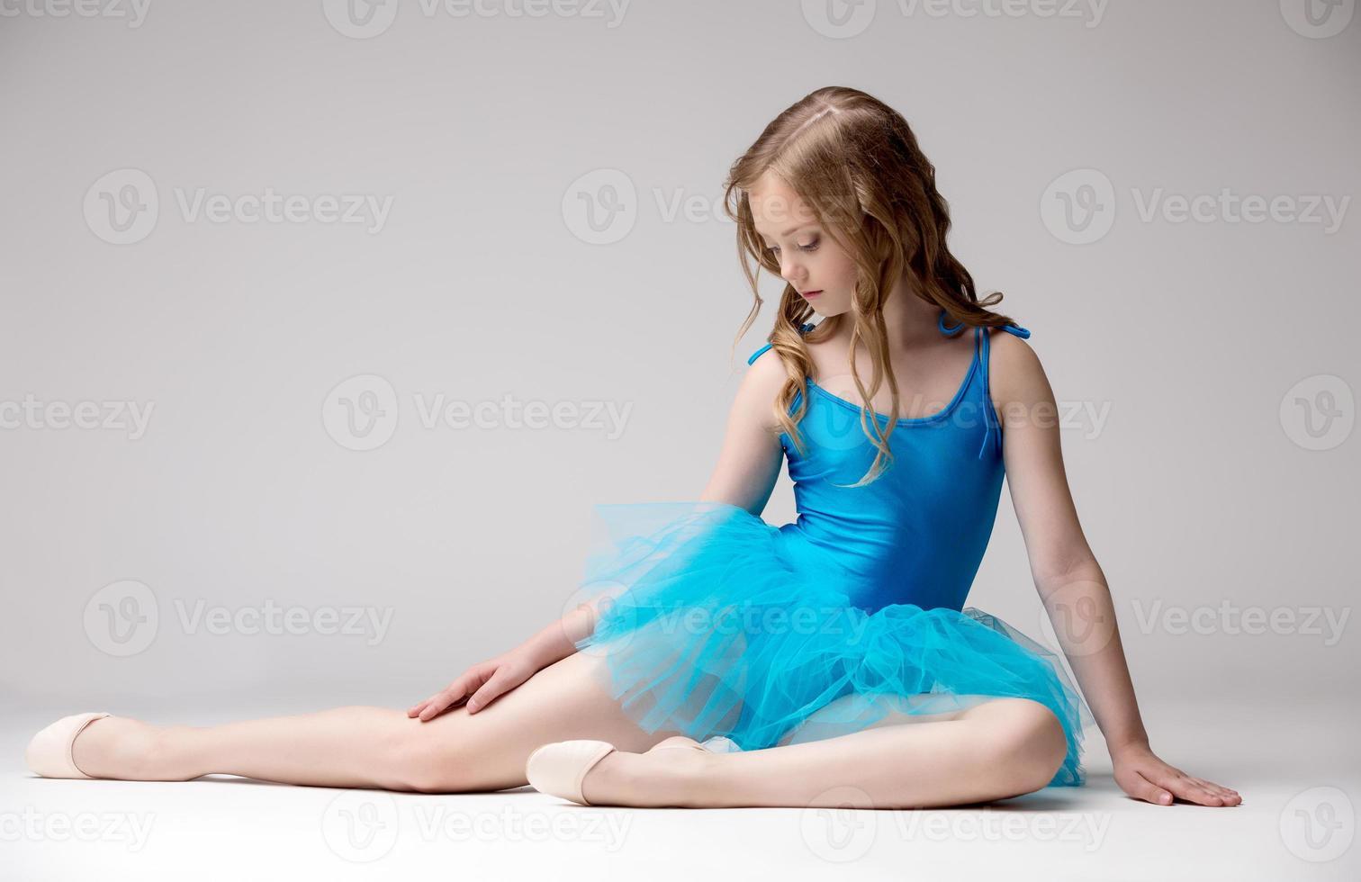 nette kleine Ballerina in blauem Tutu gekleidet foto