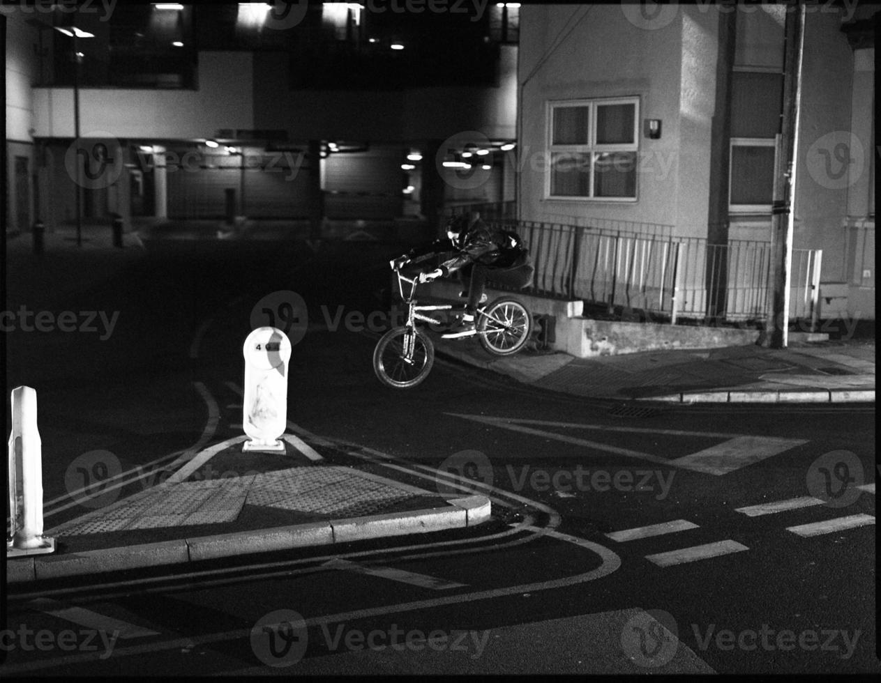 extreme bmxer Lücke über Straße foto