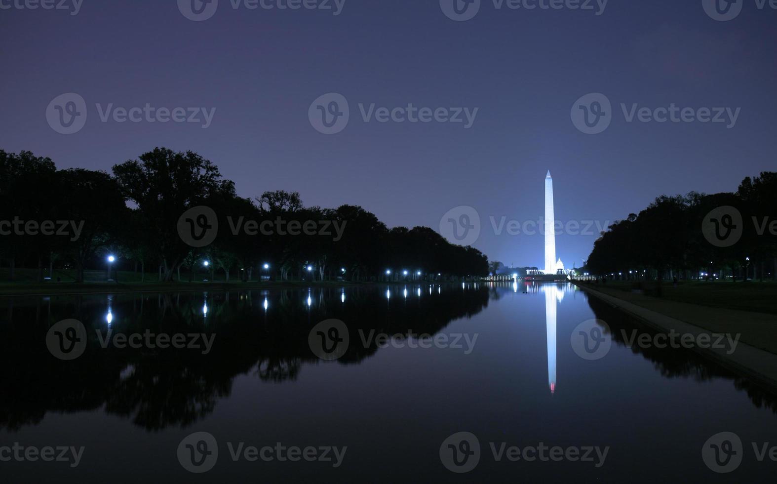 Washington Monument in der Nacht foto