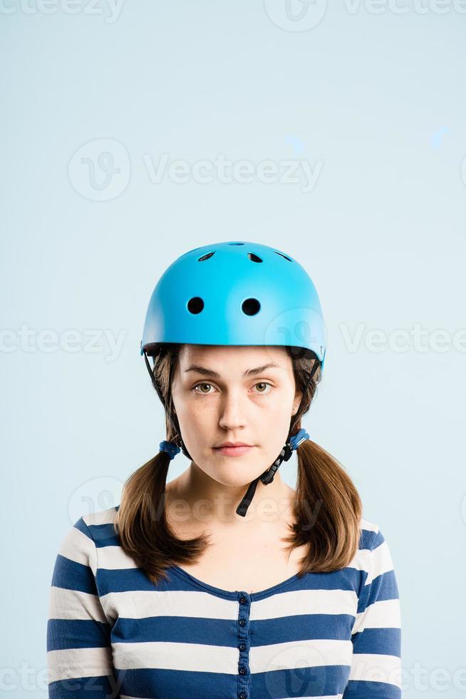 lustige Frau, die Fahrradhelmporträt echte Leute hochauflösend trägt foto