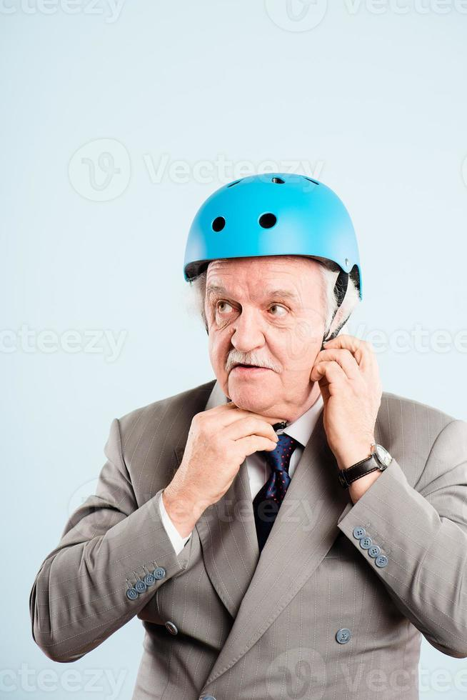 lustiger Mann, der Fahrradhelmporträt echte Leute hochauflösend trägt foto