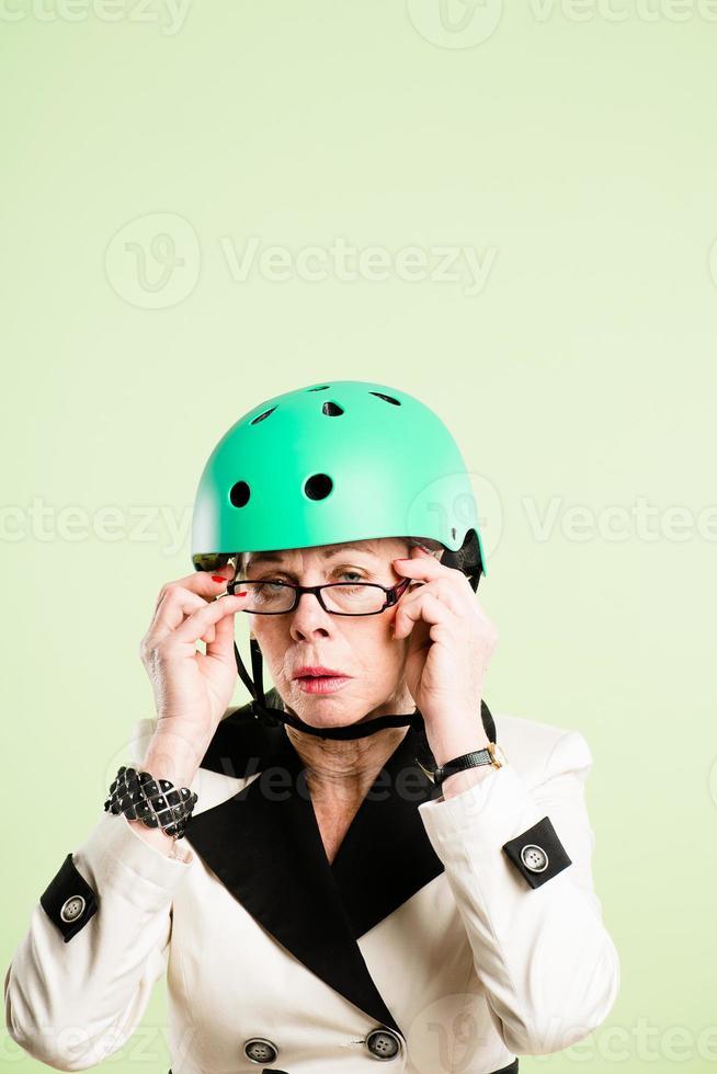 lustige Frau, die reale Leute des Fahrradhelmporträts rosa Hintergrund trägt foto