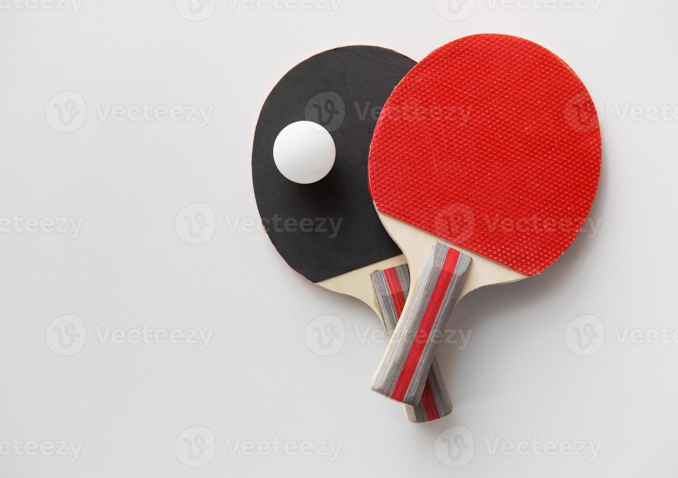 Nahaufnahme von Tischtennisschlägern mit Ball foto