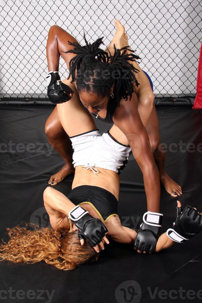 zwei weibliche mma kämpferinnen foto