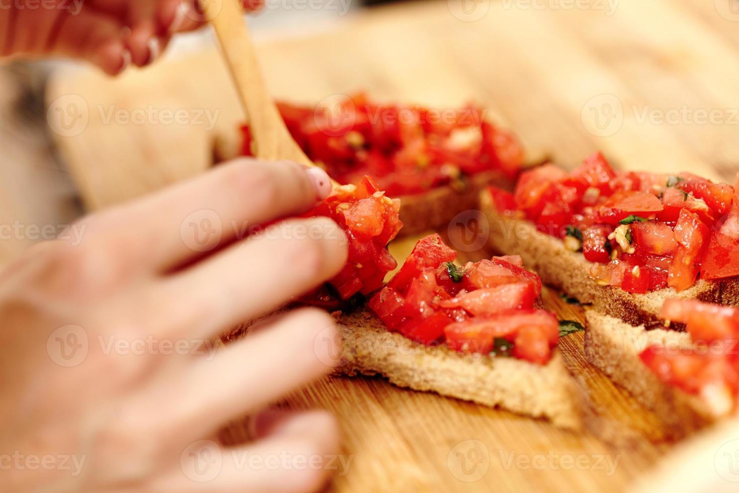 Herstellung von Tomatenbruschettas foto