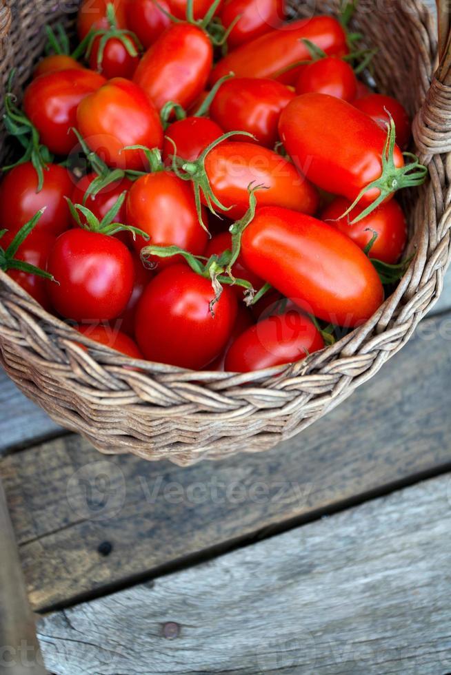Korb mit frischen Tomaten foto