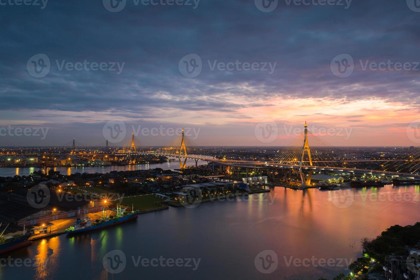 Nachtszene Bhumibol Brücke, Bangkok, Thailand foto