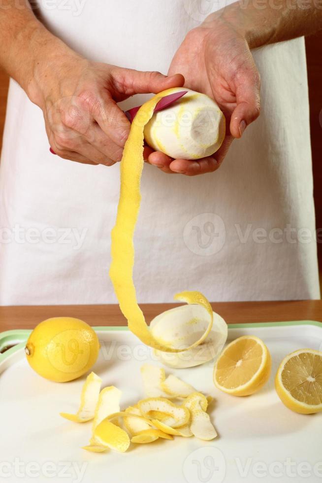 Zitrone schälen foto