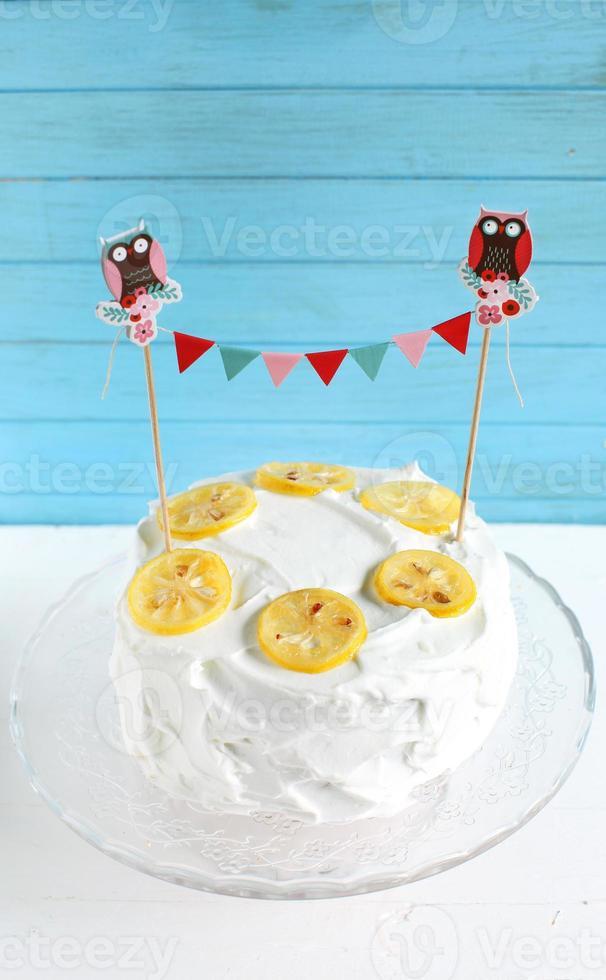 Zitronenkuchen mit Zitronenbaiserglasur und kandierten Zitronen foto