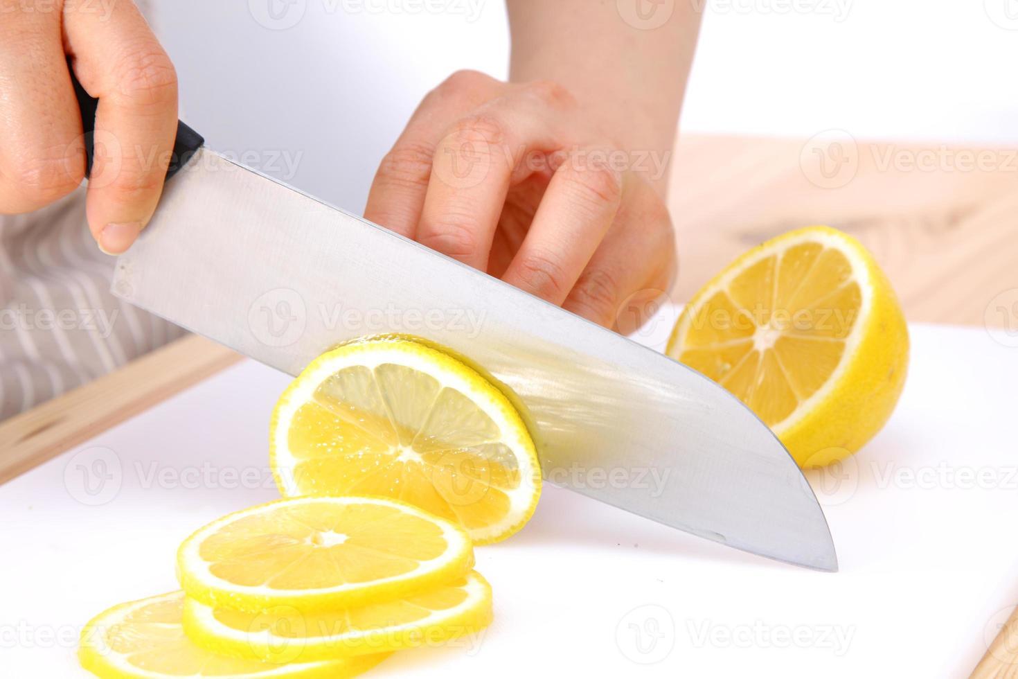 Zitrone schneiden foto