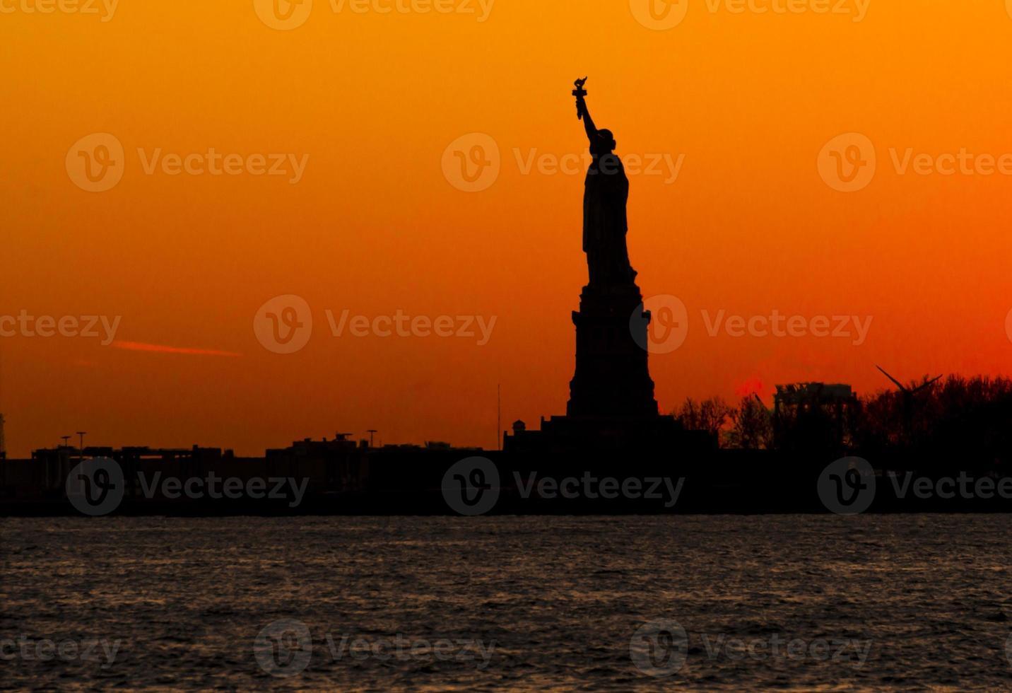 Frauenfreiheit bei Sonnenuntergang foto