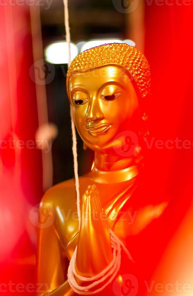 Thai Buddha goldene Statue. Buddha-Statue in Thailand foto