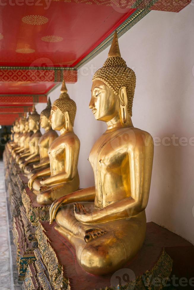 Kniebeugenhaltung der Buddha-Statue. foto