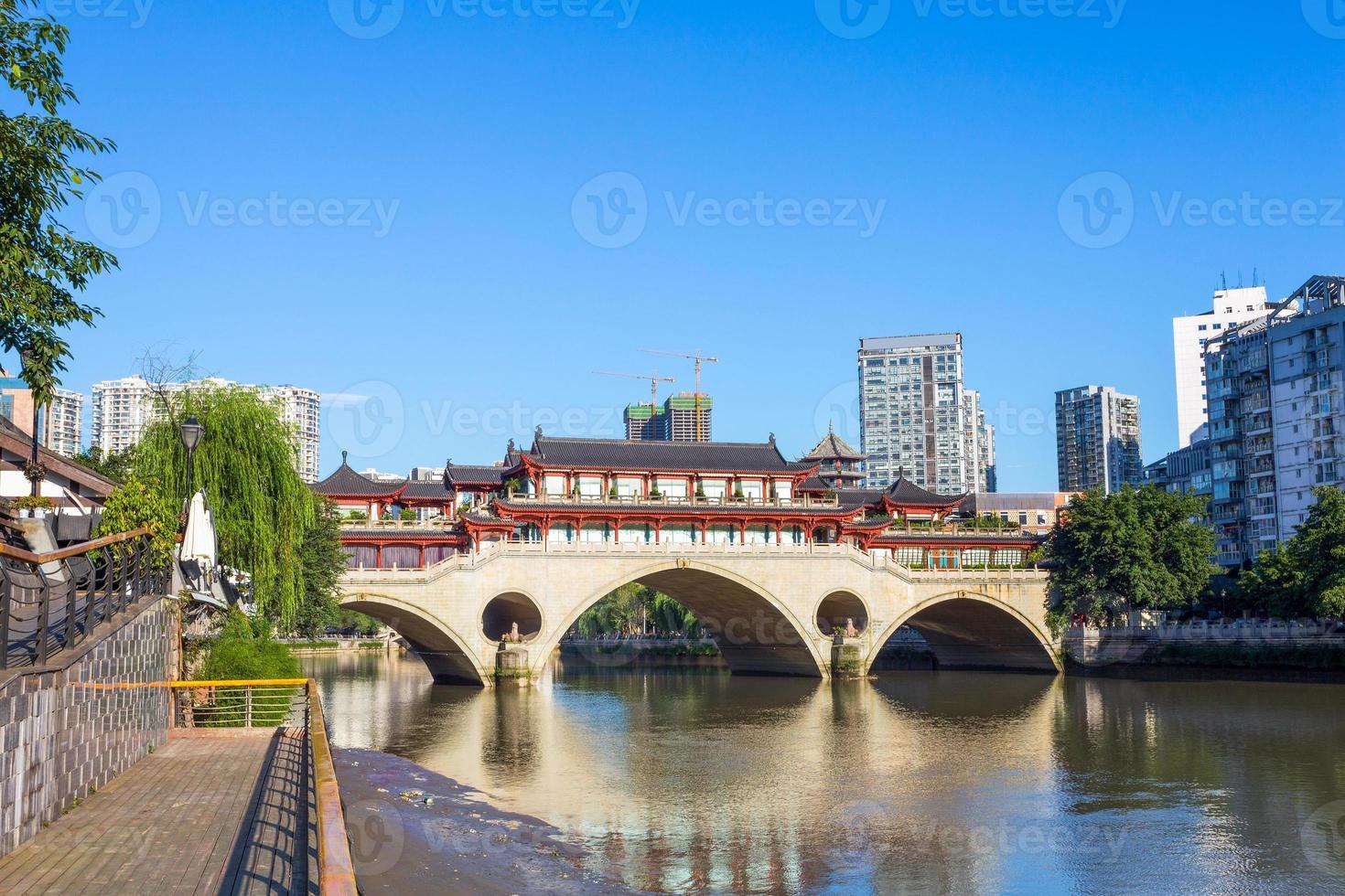 Vintage Brücke in der modernen Stadt Chengdu foto