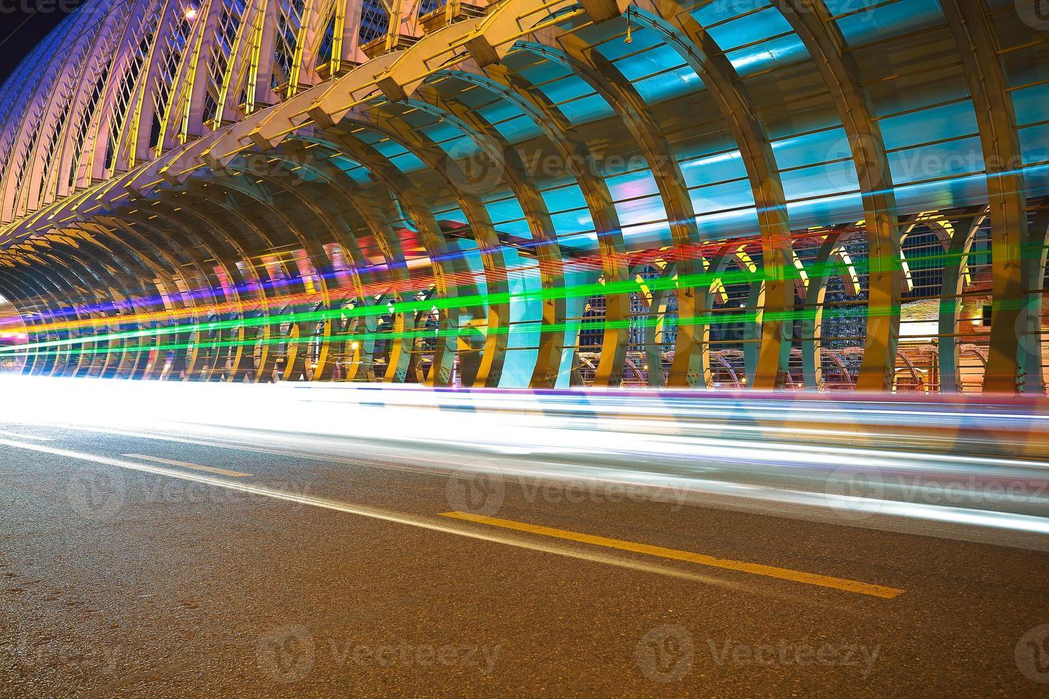 Stadtstraße Eisenbrücke der Nachtszene foto