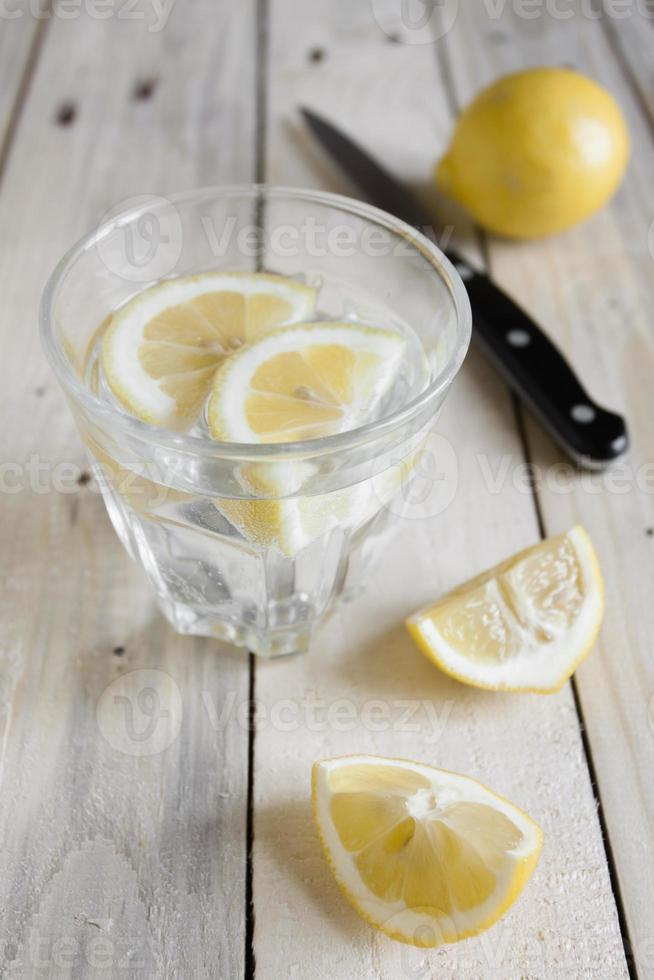 Wasser und Zitrone foto