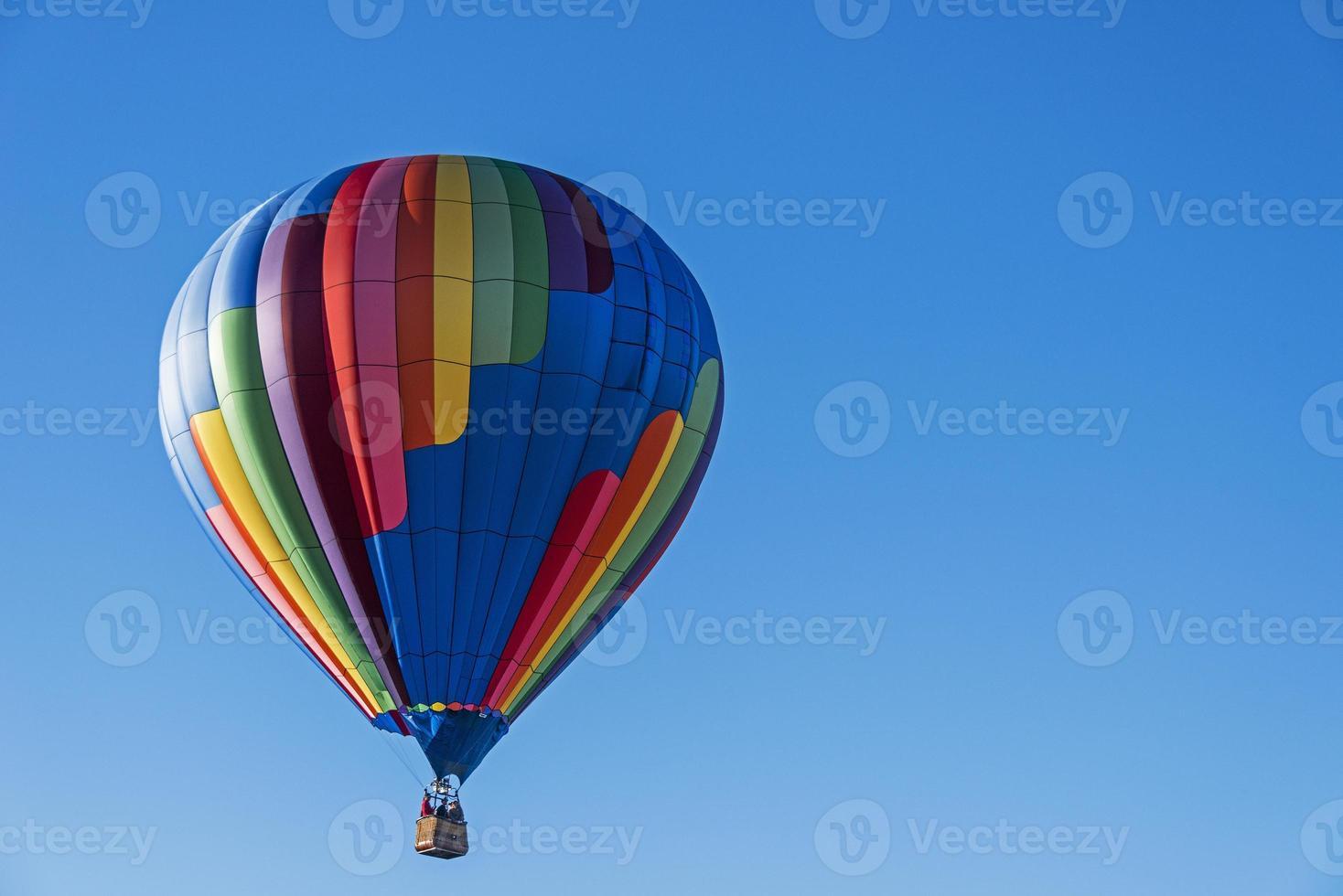 Heißluftballon gegen einen blauen Himmel foto