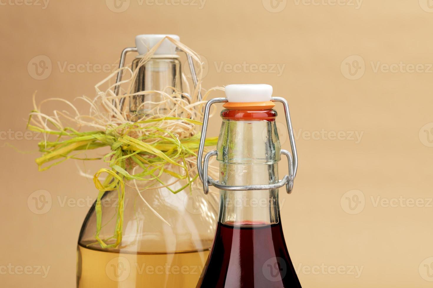 hausgemachte Rot- und Weißweine in klassischen Flaschen foto