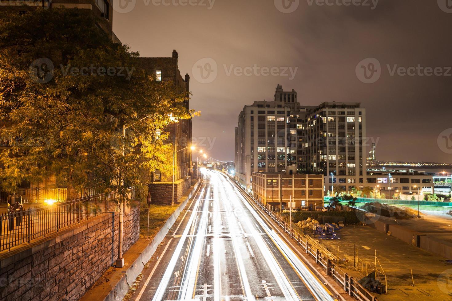New York Lichtstrahlen von Autos in der Nacht foto