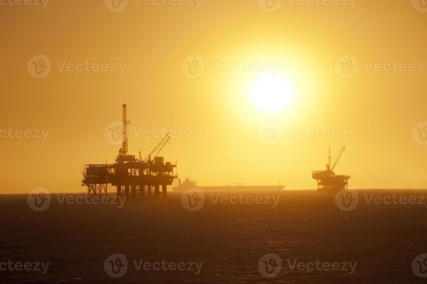 Ölplattformen bei Sonnenuntergang. foto