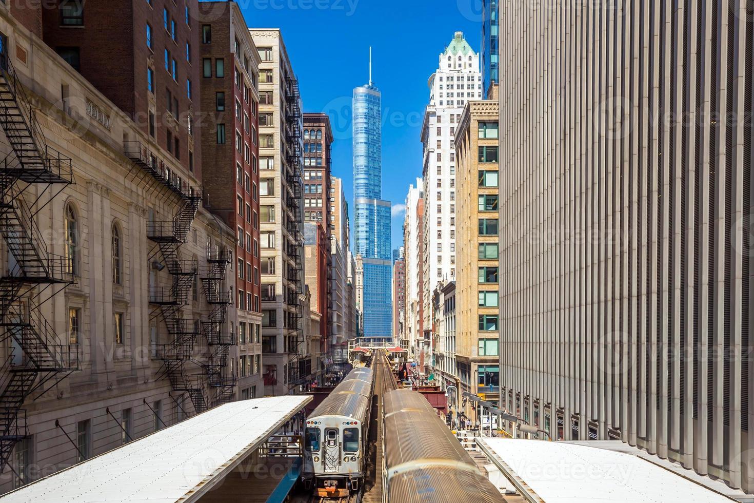 Zug in der Innenstadt von Chicago il foto